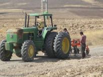 عملیات خاکورزی در مزارع میانه
